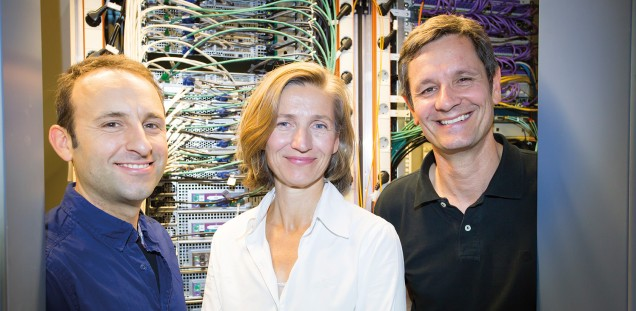 Dr. Jan Peters (l.), Psychologin Uli Bromberg und Institutsleiter Prof. Dr. Christian Büchel vor gewaltigen Rechner- Netzwerken, in denen Untersuchungsergebnisse gespeichert sind