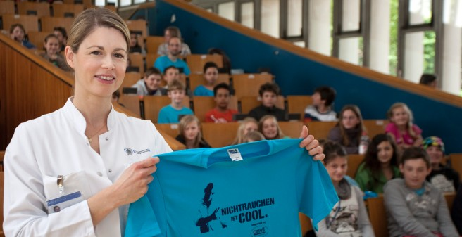 Not smoking is cool - MD Birte Andritzky with T-Shirt