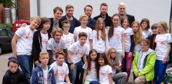 Young students of the cancer prevention campaign with Revolverheld and Sky du Mont