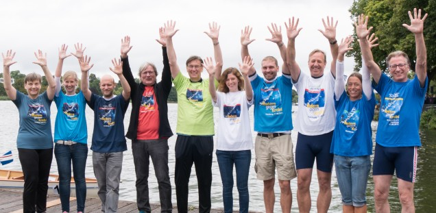 Important companions of rowers against cancer presented the T-shirts of the last years